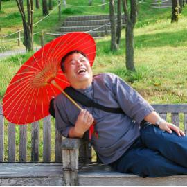 Lachen-Mann-mit-Sonnenschirm-lacht