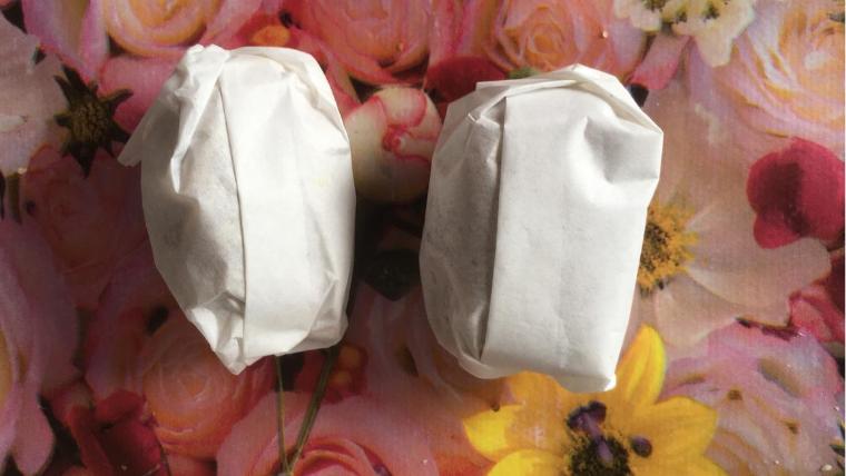 In Butterbrotpapier verpackte Energiebaellchen aus vier Zutaten